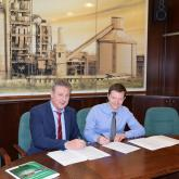 Szarkándi János and Michael Hoffmann are signing the contract on filter replacement.
